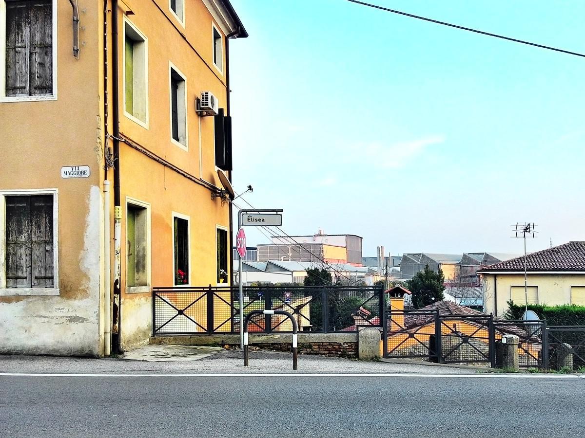 Battaglia Terme, imbocco di via Elisea da via Maggiore.