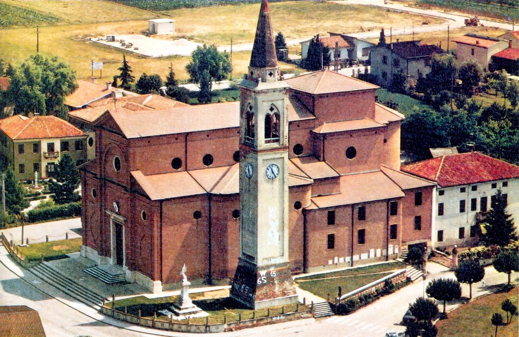 S. Giustina in Colle. Chiesa, campanile e area a ricordo dell'eccido.