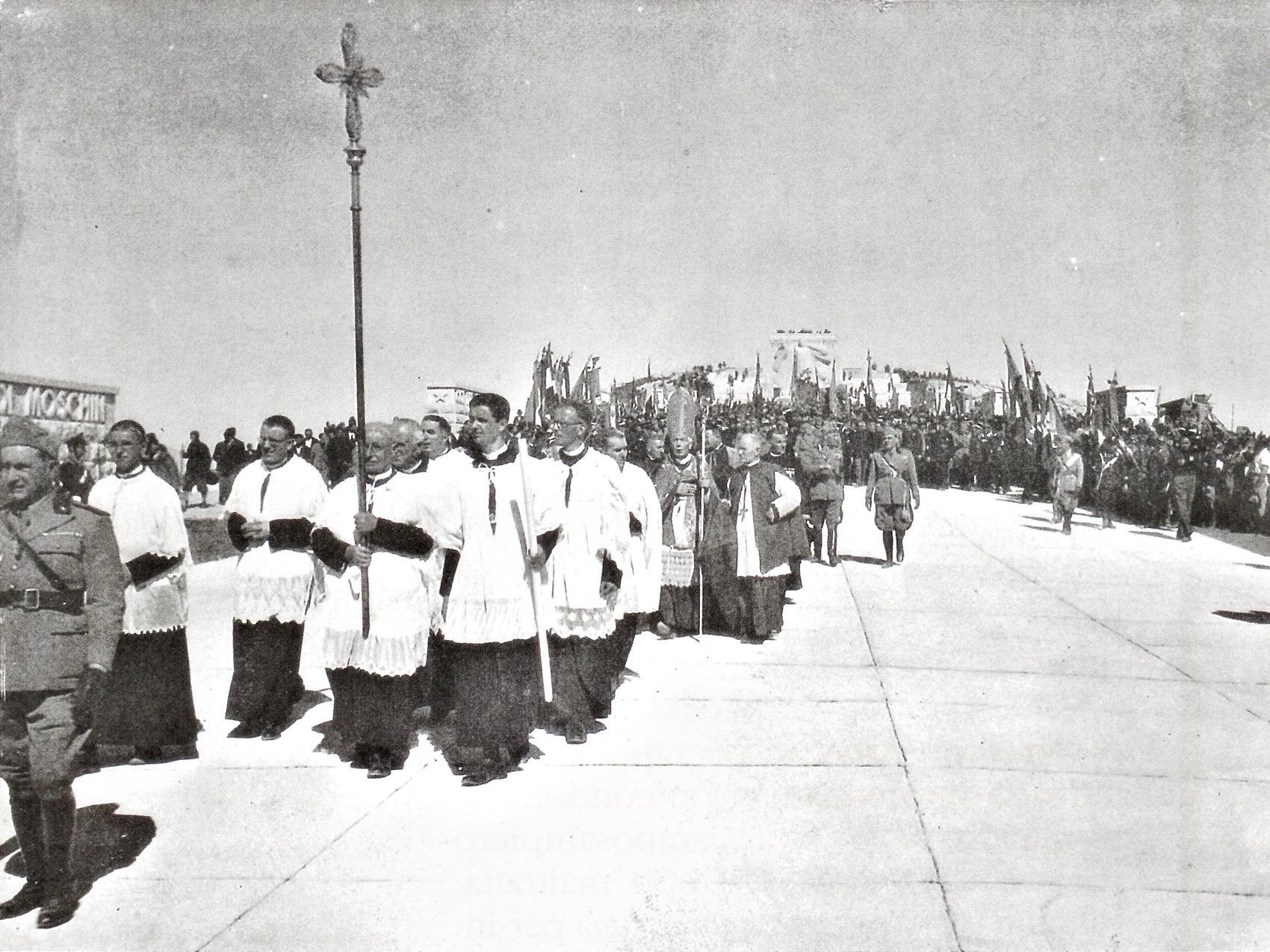 22 settembre 1935, inaugurazione dell'Ossario di Cima Grappa. In primo piano, Giuseppe Giacomelli.
