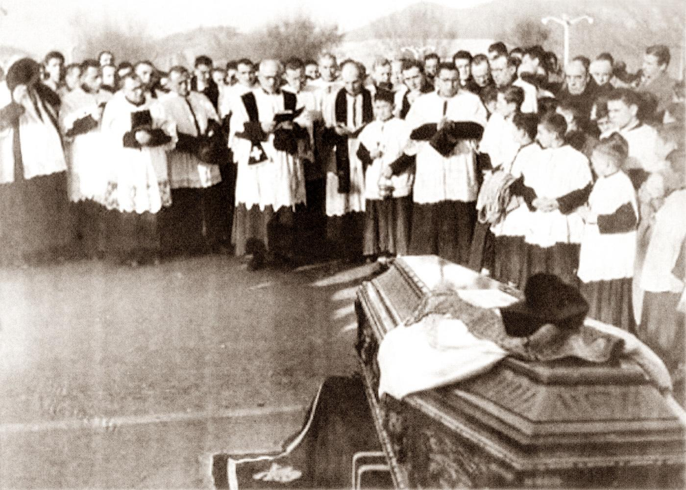 Battaglia Terme, 1951. Benedizione della bara con le spoglie del parroco, don Marco Romano.