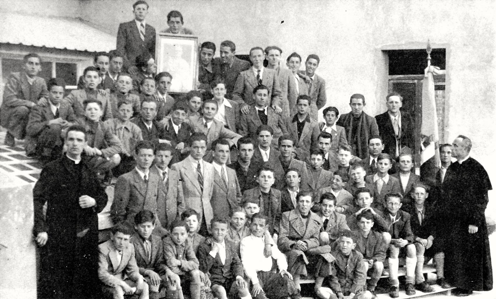 Battaglia Terme. Giovani e ragazzi con don Giuseppe Giacomelli e il parroco, don Marco Romano.