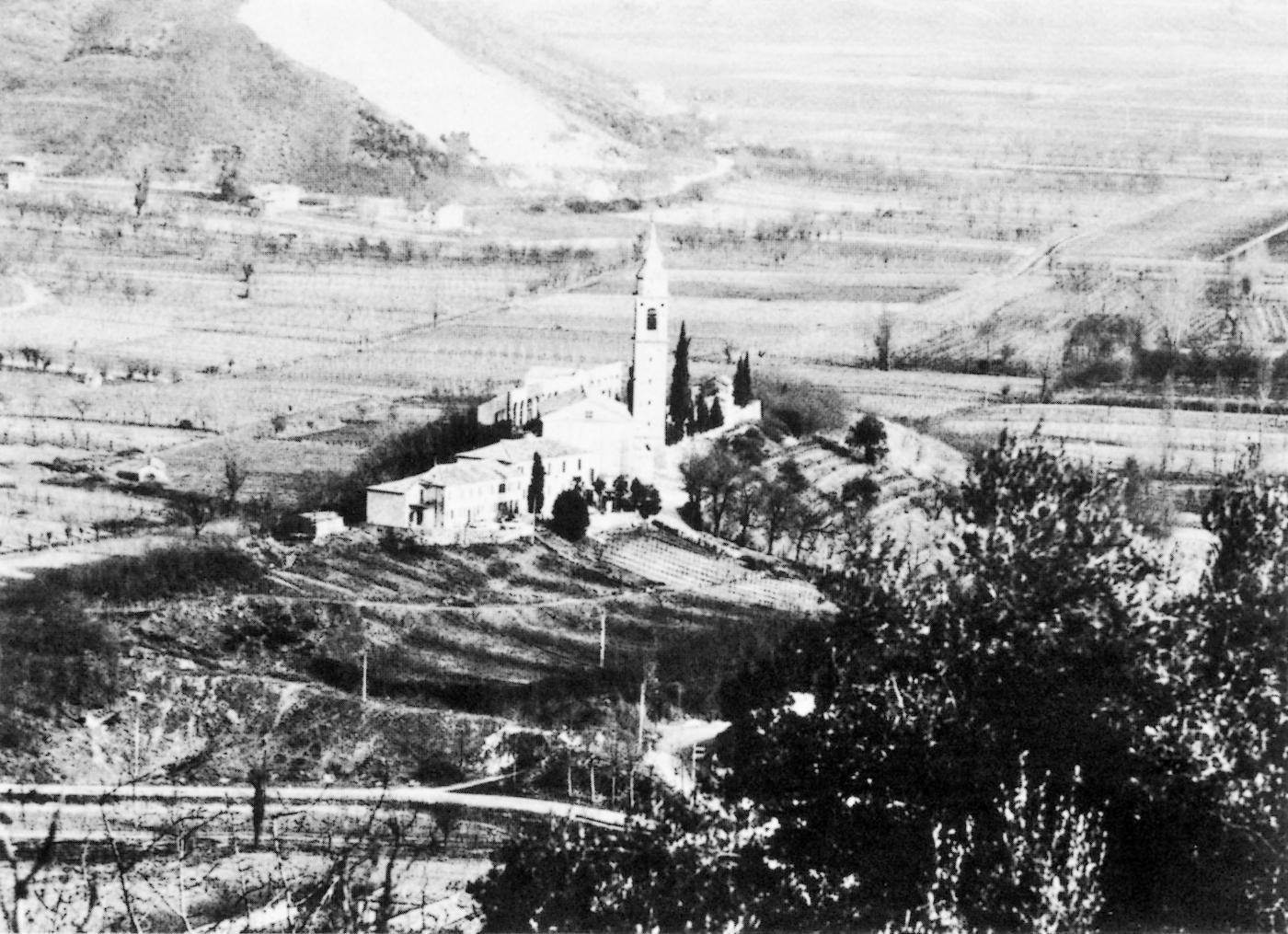 La vecchia parrocchiale di Galzignano e le pendici del monte Cimisella.