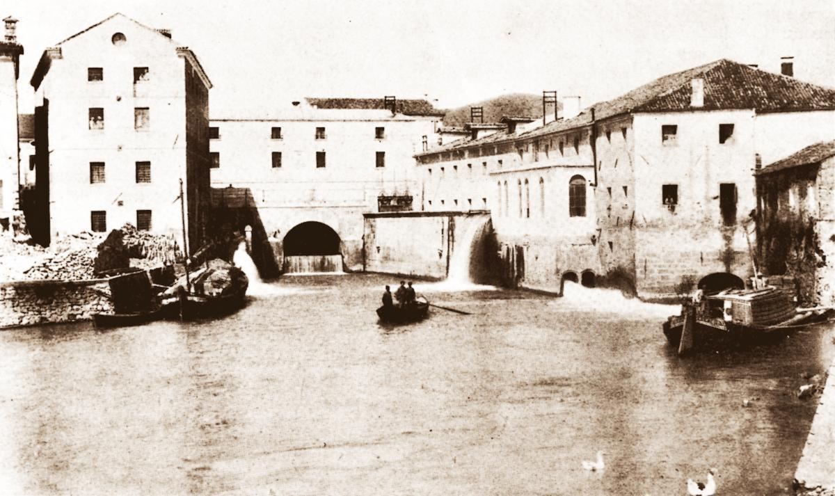 Battaglia, il canale Sottobattaglia (poi Vigenzone) e il porto in una foto che risale agli inizi del '900.