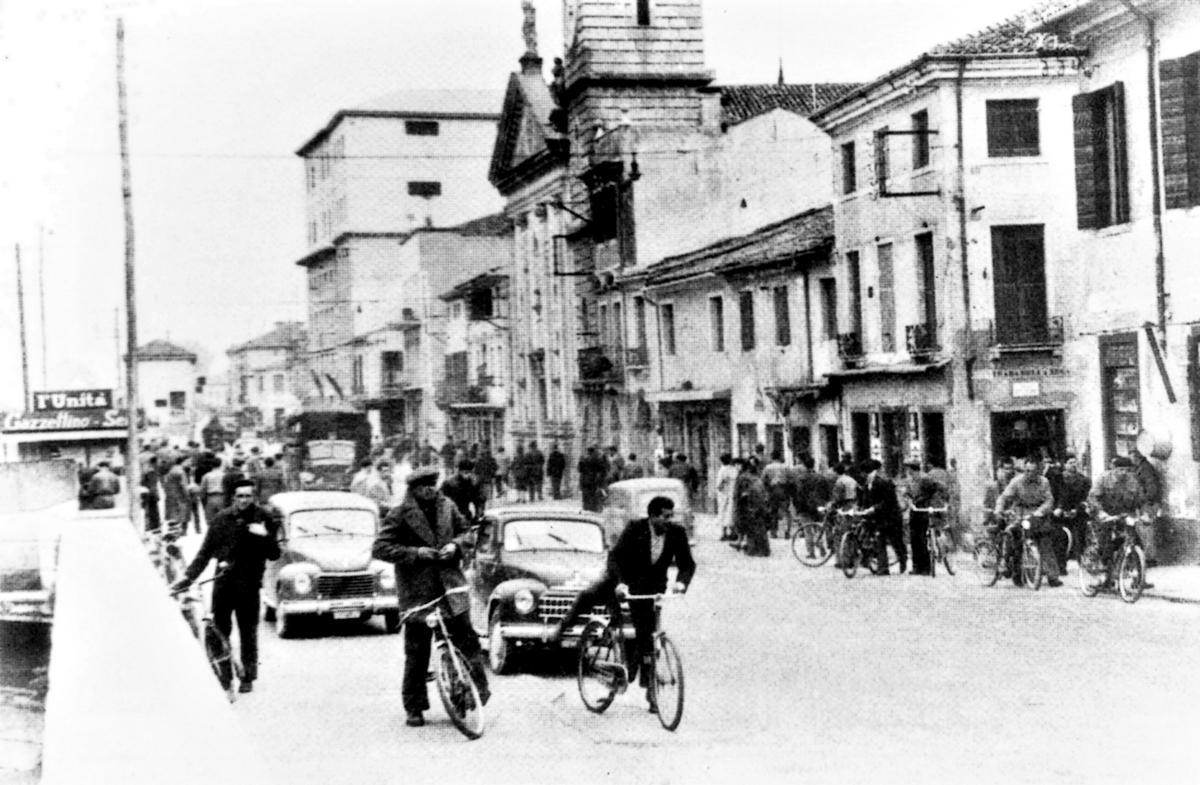 1949, i lavoratori escono dalle Officine Elettromeccaniche Galileo di Battaglia Terme.