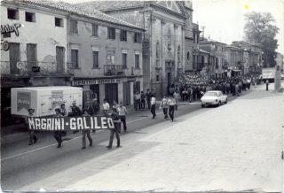 1982, Battaglia Terme. Corteo dei lavoratori Bastogi lungo la SS16.