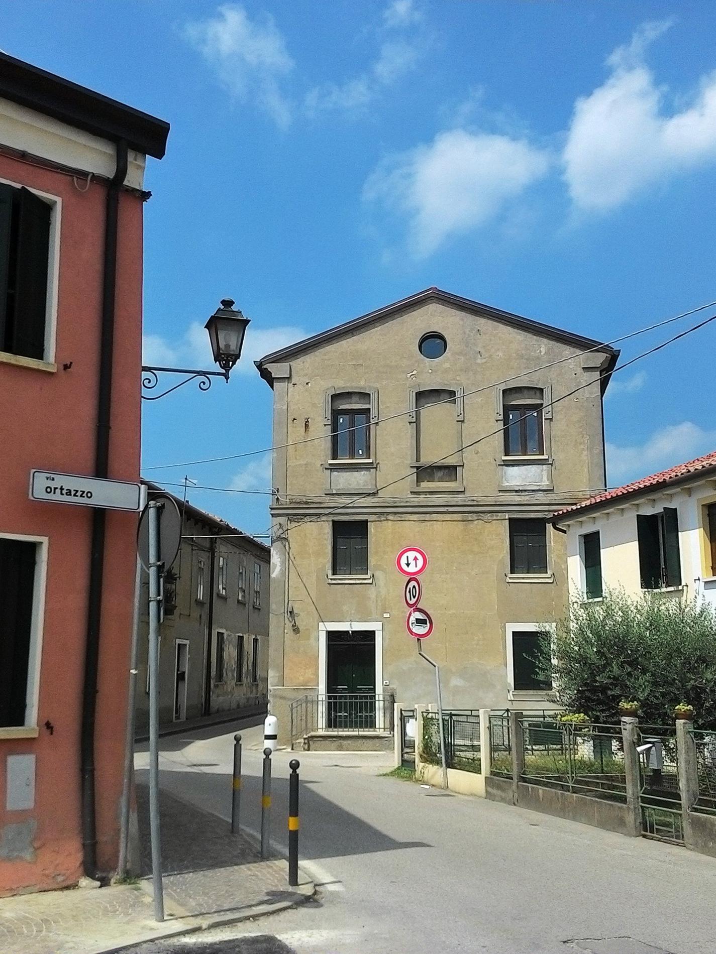 Il fabbricato dell'ex centrale elettrica di Battaglia Terme, situato in via Chiodare.
