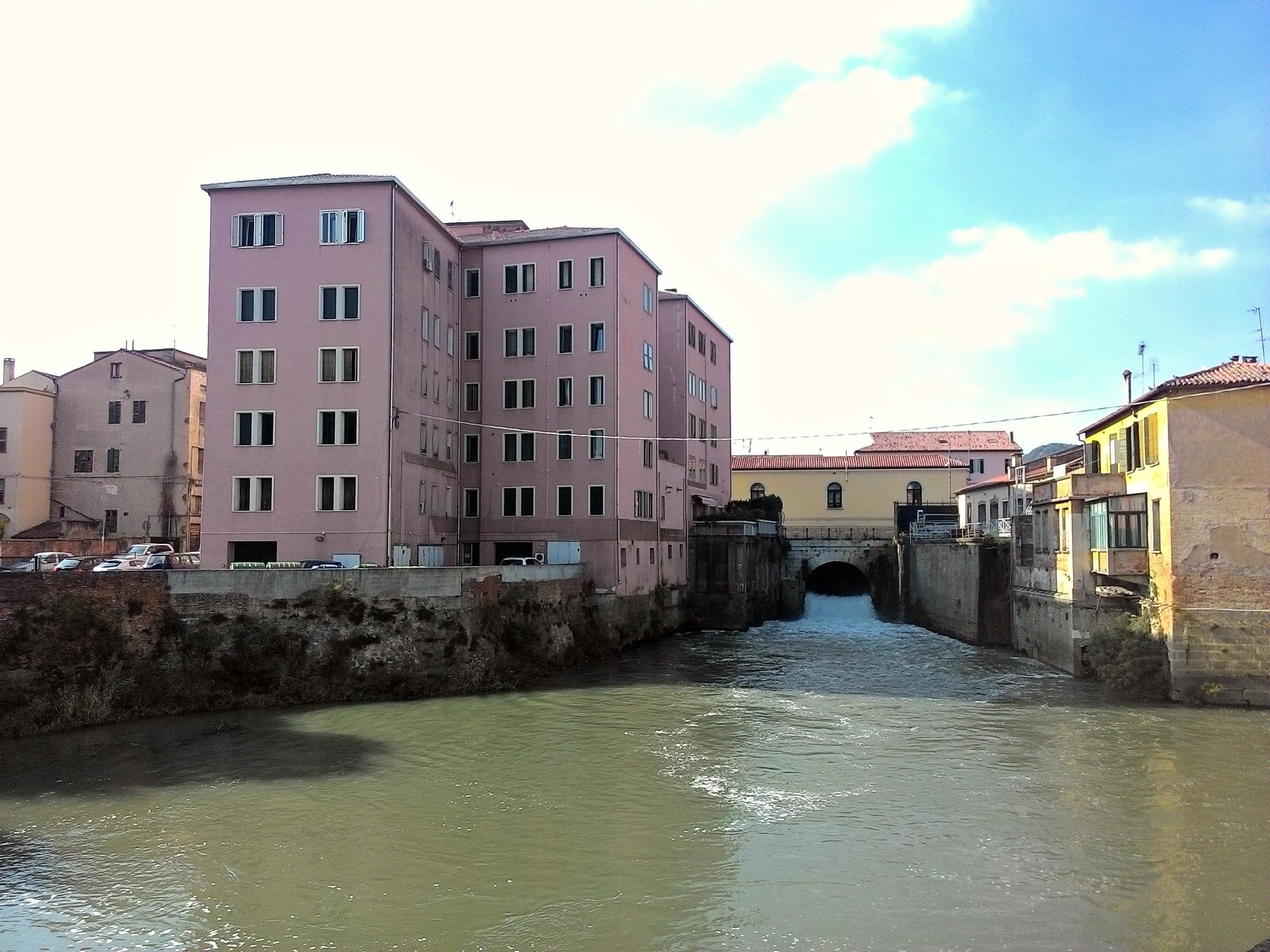 Il fabbricato dell'ex molino di Battaglia Terme e l'Arco di Mezzo.