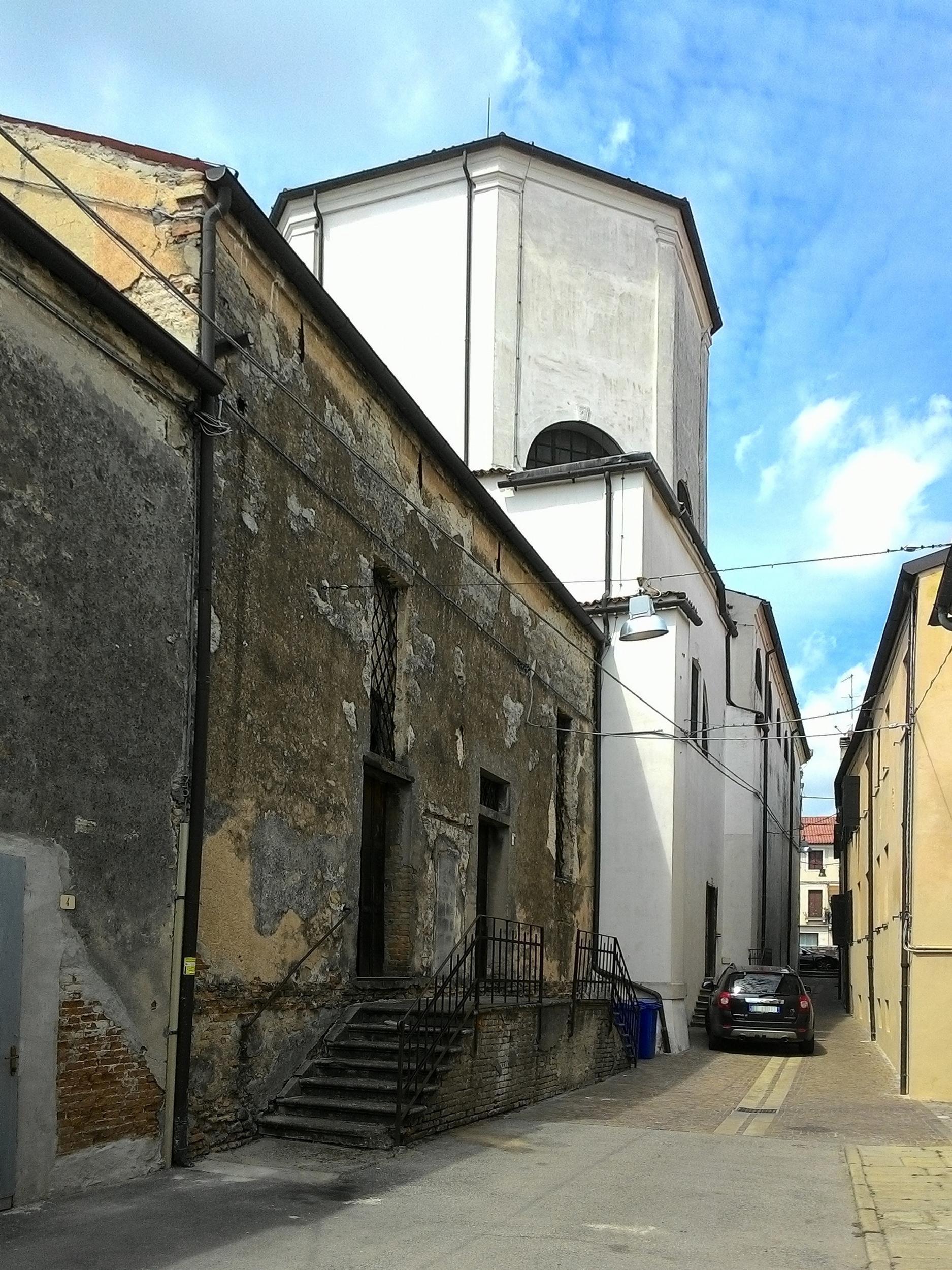Battaglia Terme, la vecchia chiesa di S. Giacomo e, in primo piano, l'oratorio della SS.ma Trinità.