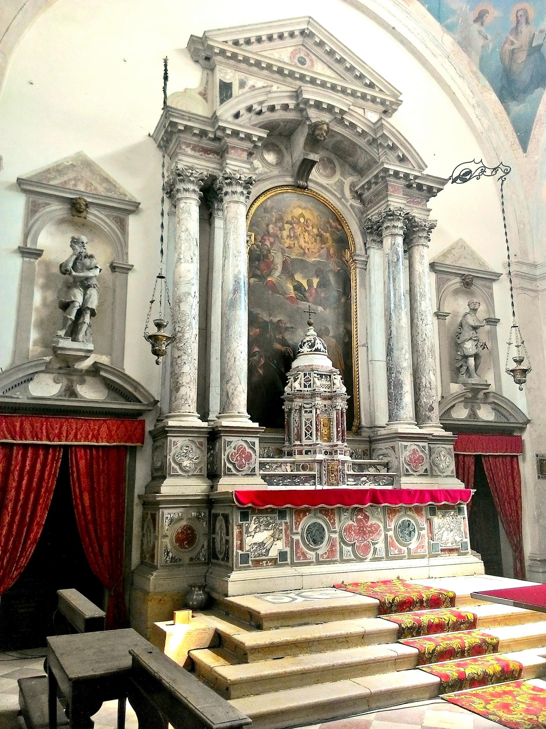 L'altare maggiore e il tabernacolo della vecchia chiesa parrocchiale di Battaglia.