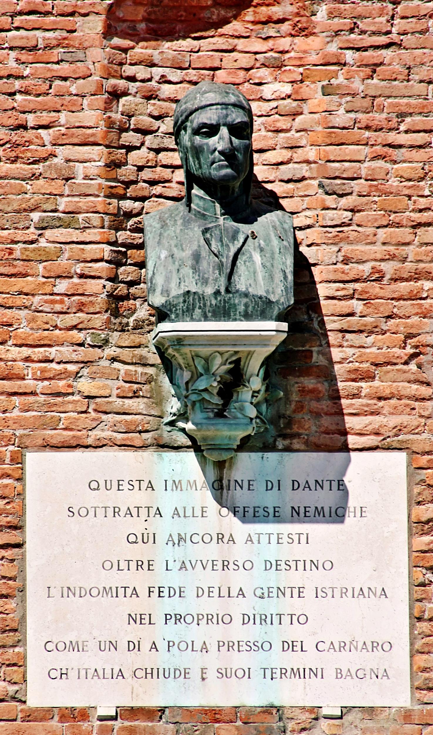 Prossimità dell'ingresso dell'Arsenale di Venezia, busto di Dante e versi 113-114 del Canto IX dell'Inferno.