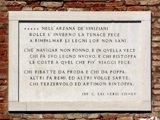 Versi 7-15 del Canto XXI dell'Inferno (guardando il portale d'ingresso, a sinistra).