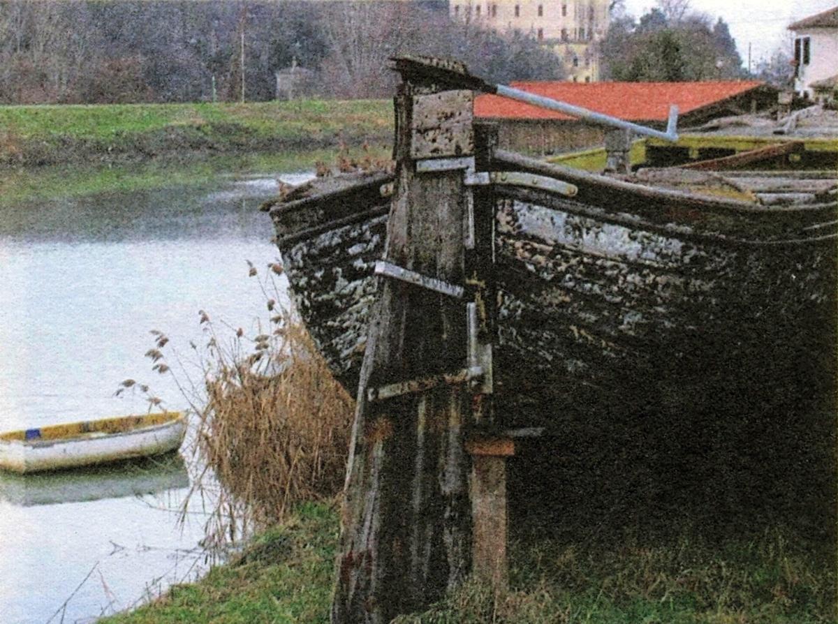 Vecchio burchio in secco a Battaglia Terme. Sullo sfondo, il castello del Catajo.