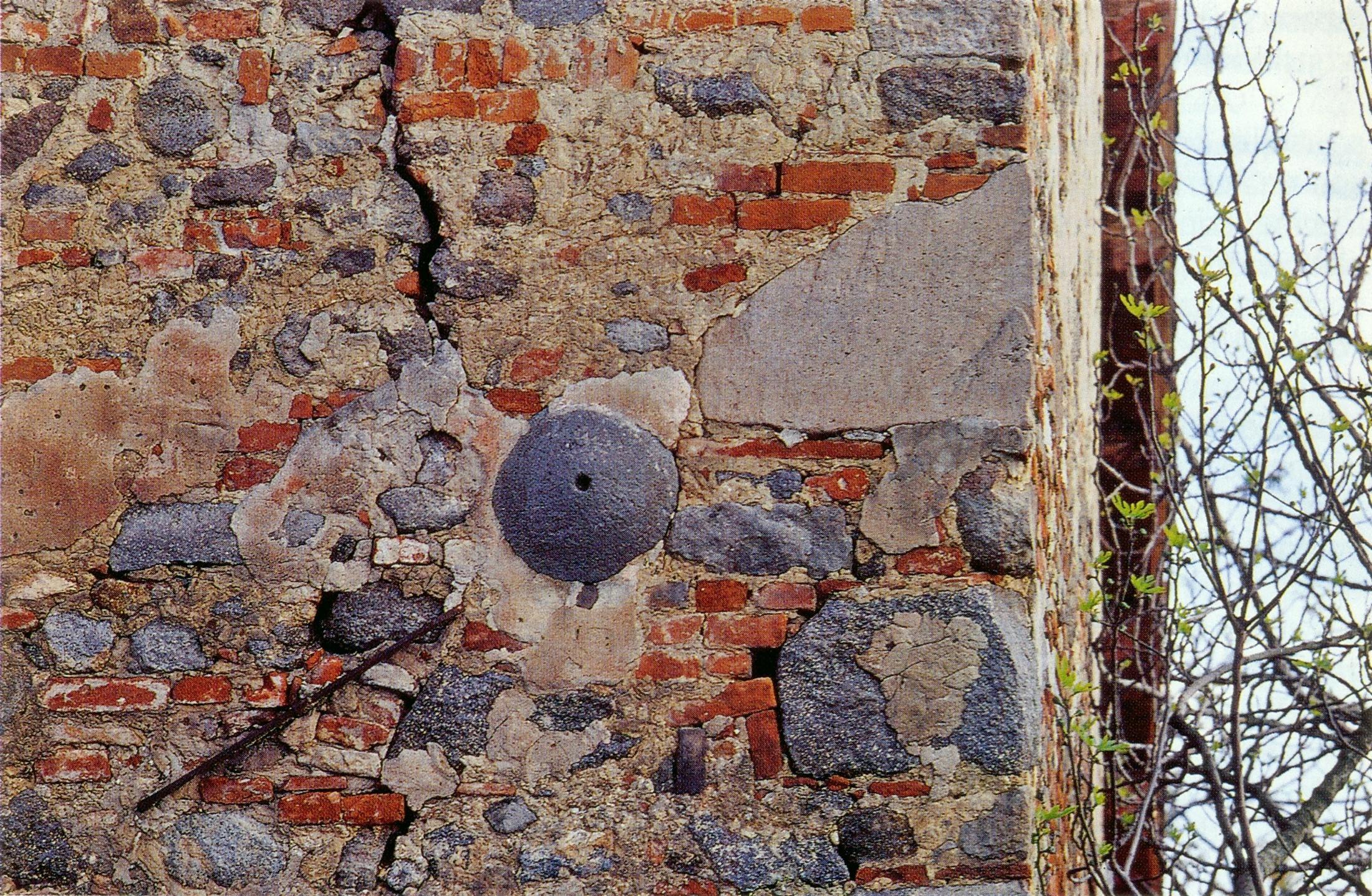 Monterosso di Teolo (PD), macina murata in una casa colonica.