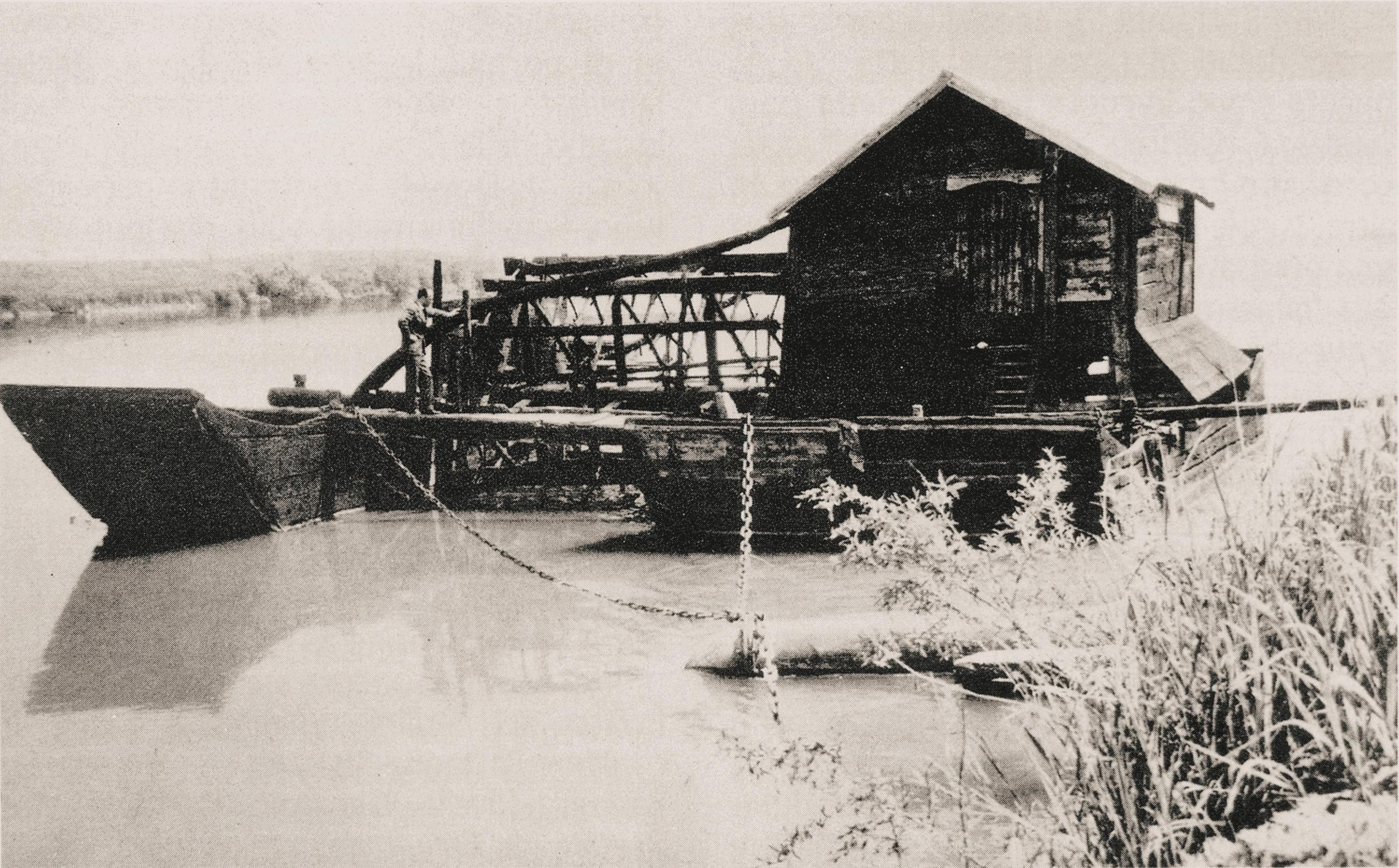 Badia Polesine, 1964. Un mulino natante appiardato sulla riva destra dell'Adige.
