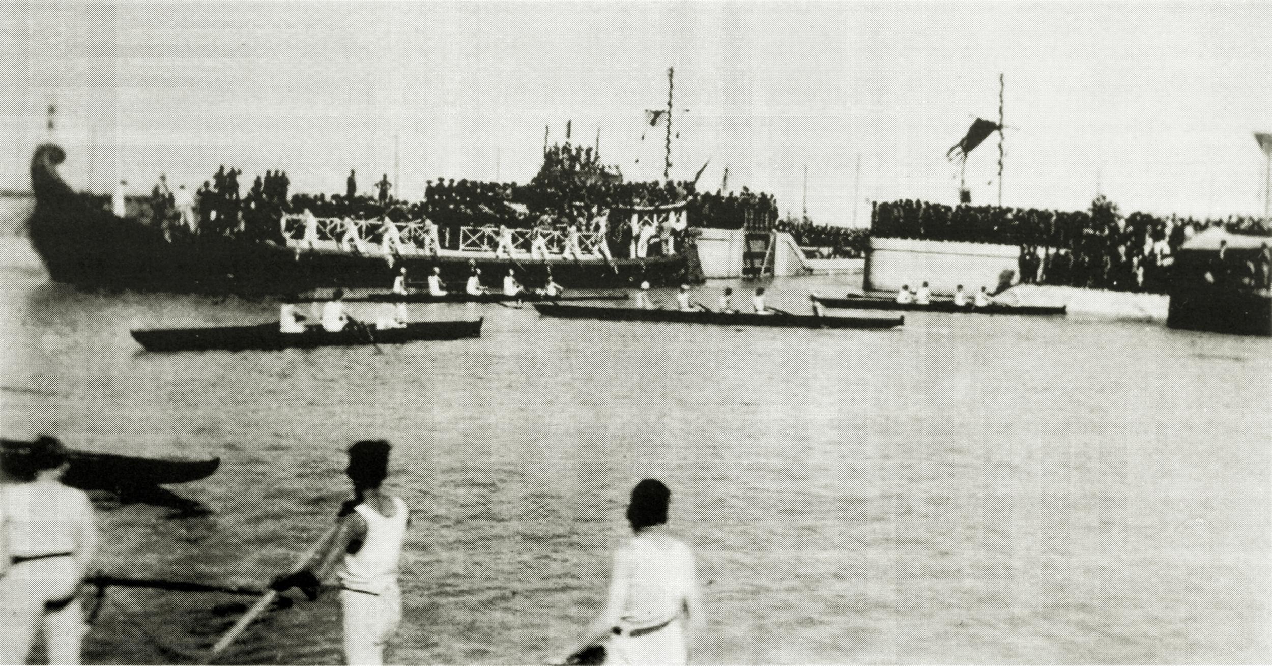 Inaugurazione della Conca di Battaglia: l'arrivo di Mussolini a bordo della barca addobbata a bucintoro.