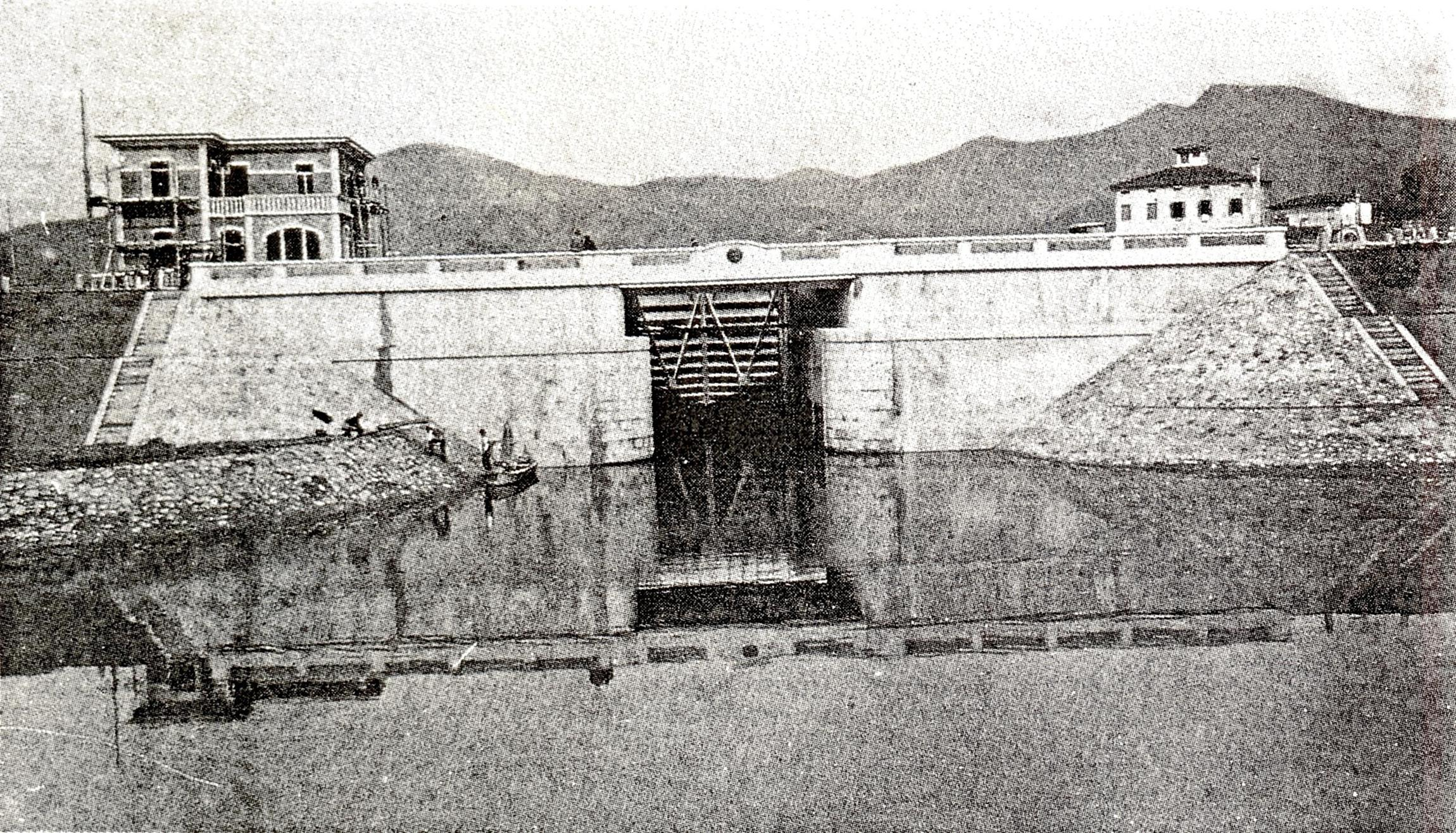 Battaglia, ingresso nella conca dal Canale Rialto. A sinistra, l'edificio per il custode idraulico.