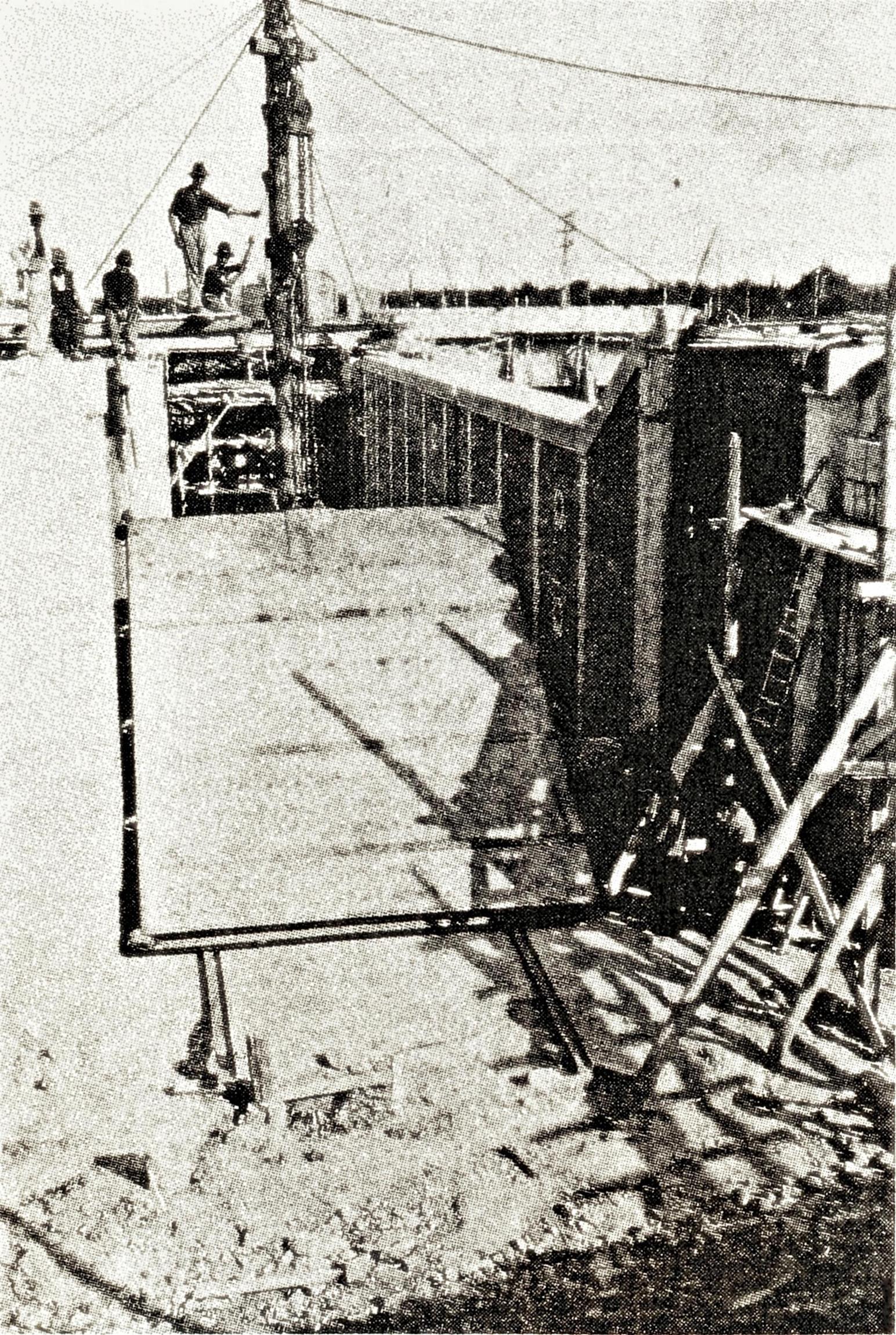 Battaglia, montaggio di una delle porte a monte della conca di navigazione.