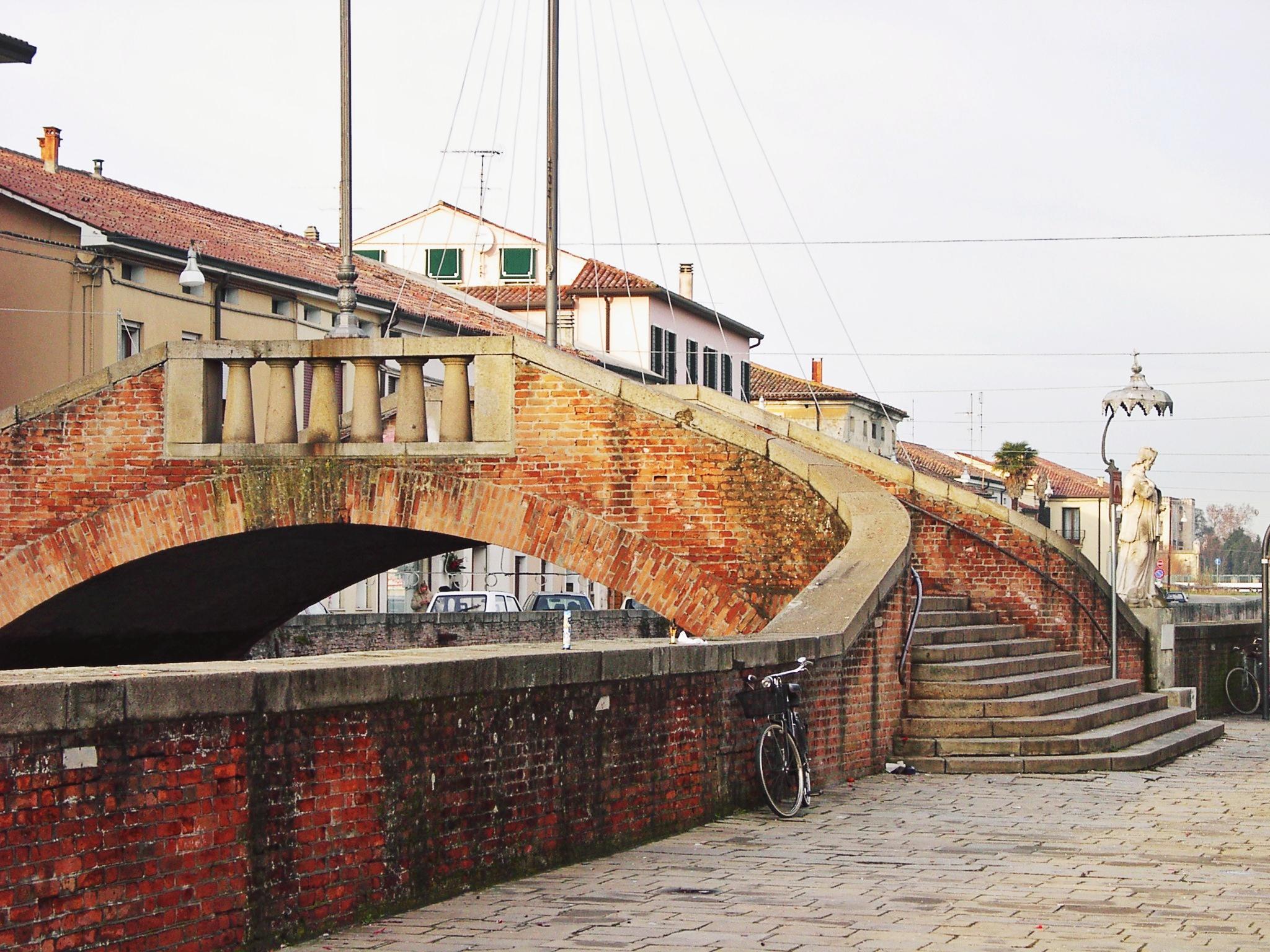 Il Ponte dei scaini con a fianco la statua di S. Giovanni Nepomuceno (2006).