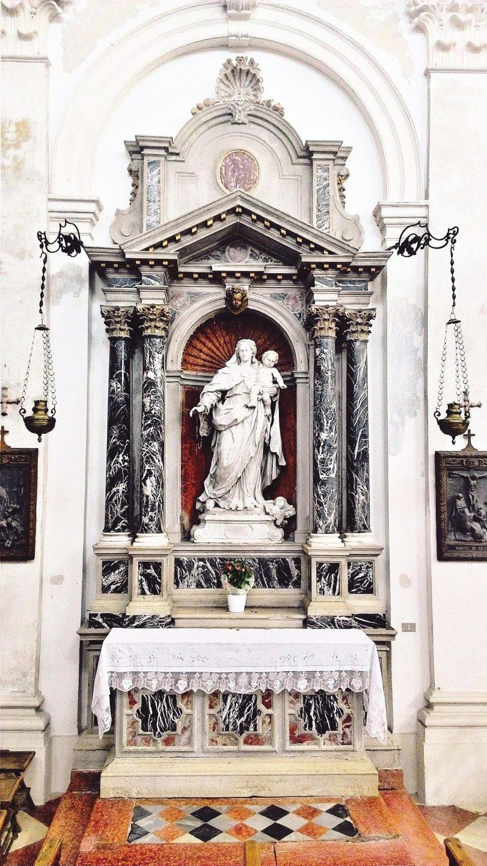 Altare della Madonna del Rosario.