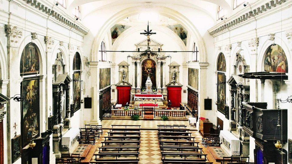 Navata e presbiterio visti dalla cantoria.
