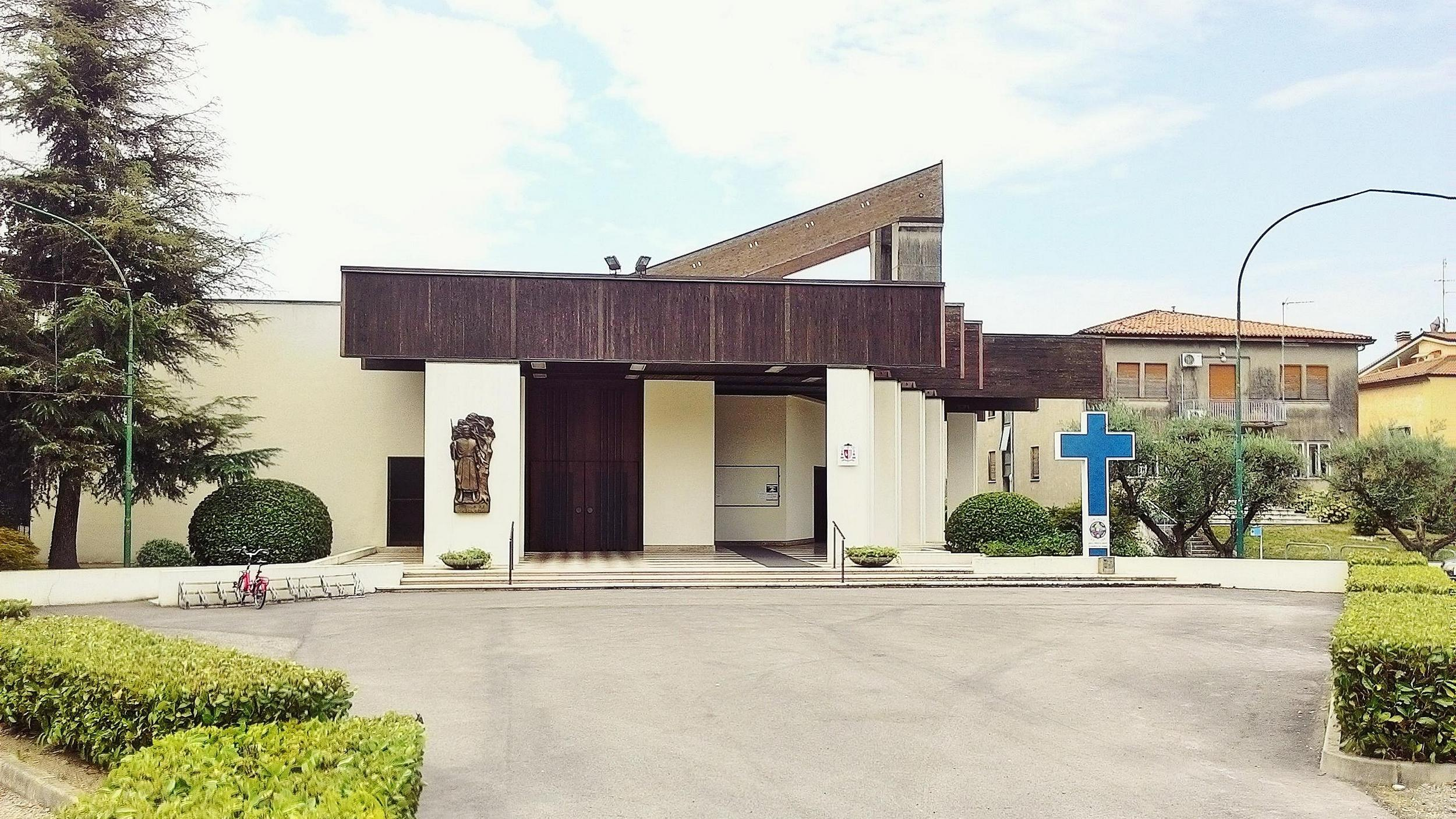 La nuova chiesa di Battaglia Terme, anch'essa dedicata a San Giacomo Maggiore; sulla destra, la canonica.
