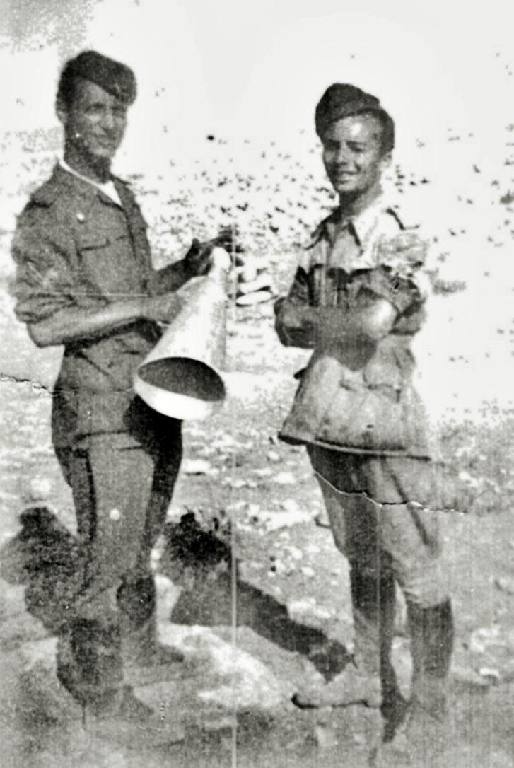 1940, il Sergente Ongarello e un artigliere libico nel deserto.