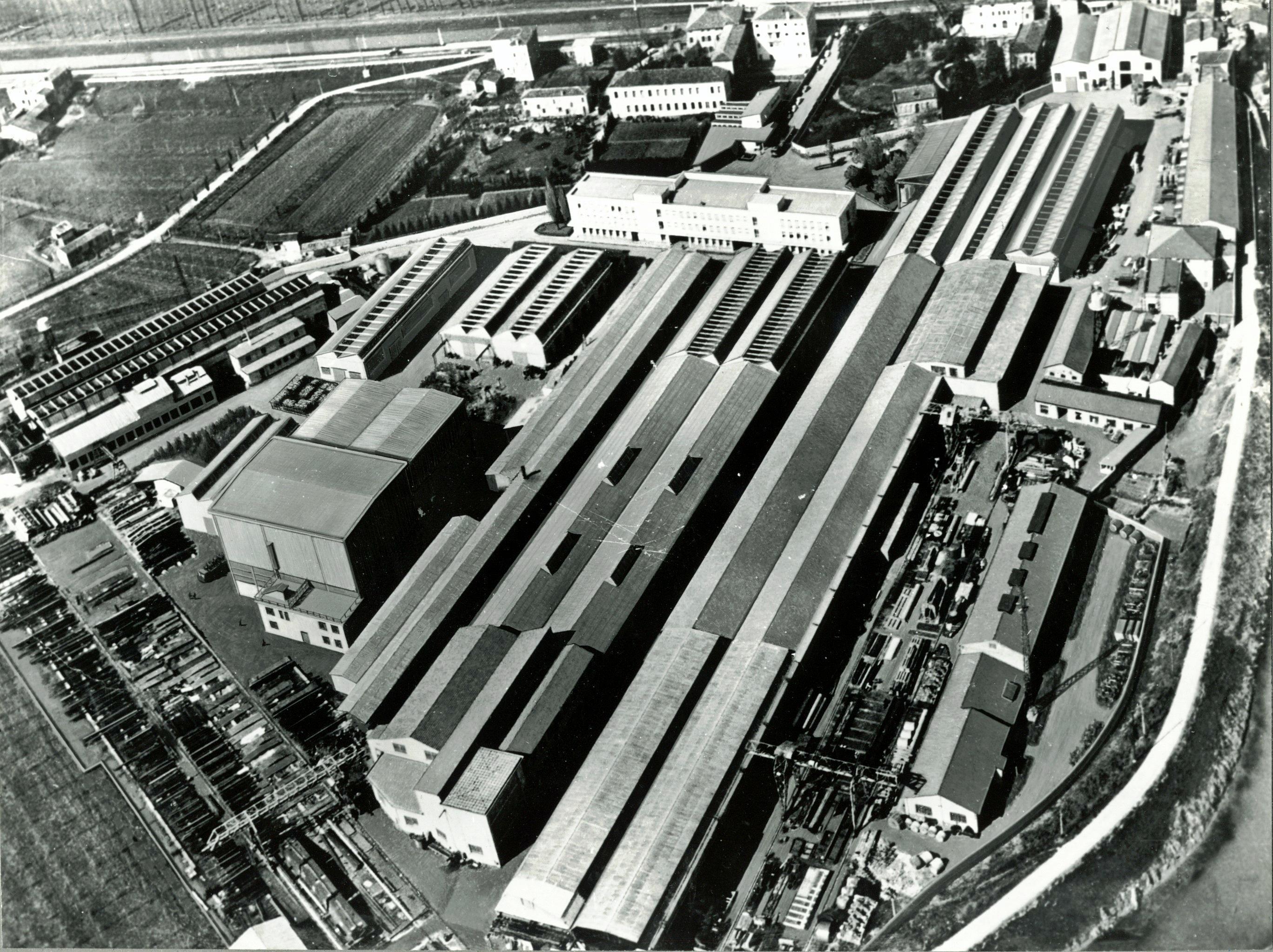 1965, le Officine elettromeccaniche Galileo di Battaglia Terme in una foto aerea.