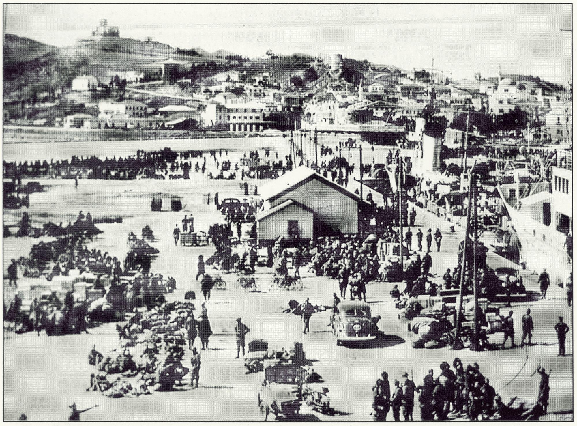 Febbraio 1941, contingenti militari italiani sbarcano sul litorale albanese.