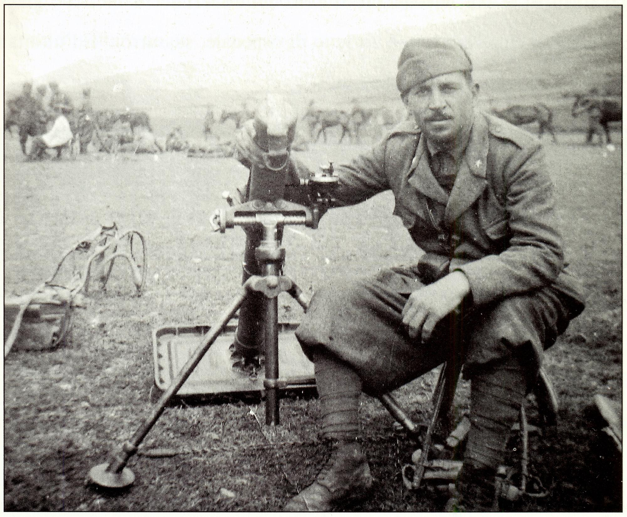 Albania, 1942. Il fante Sante Bertazzo con il suo mortaio.