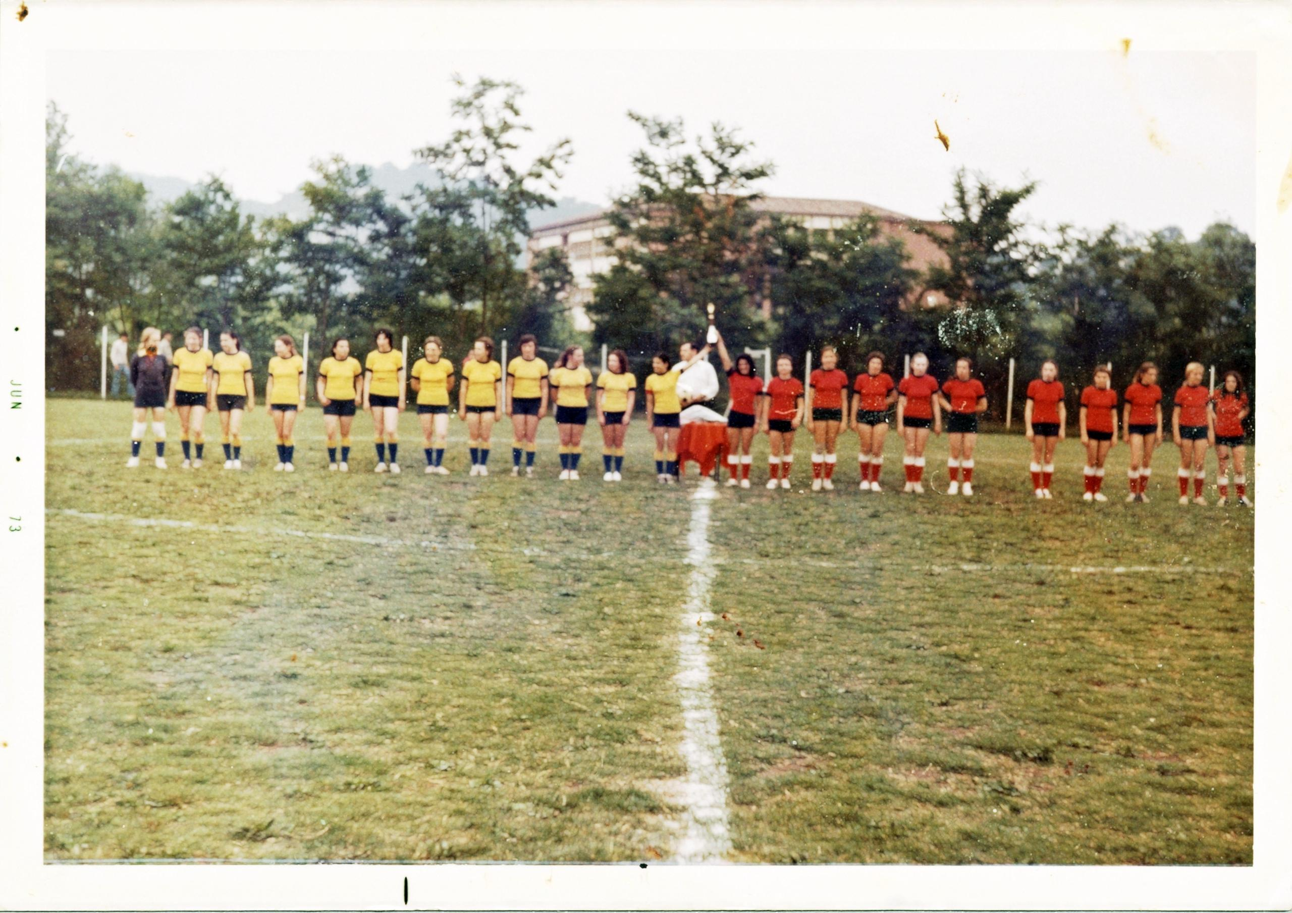 6 giugno 1973, le due squadre femminili schierate a centrocampo.