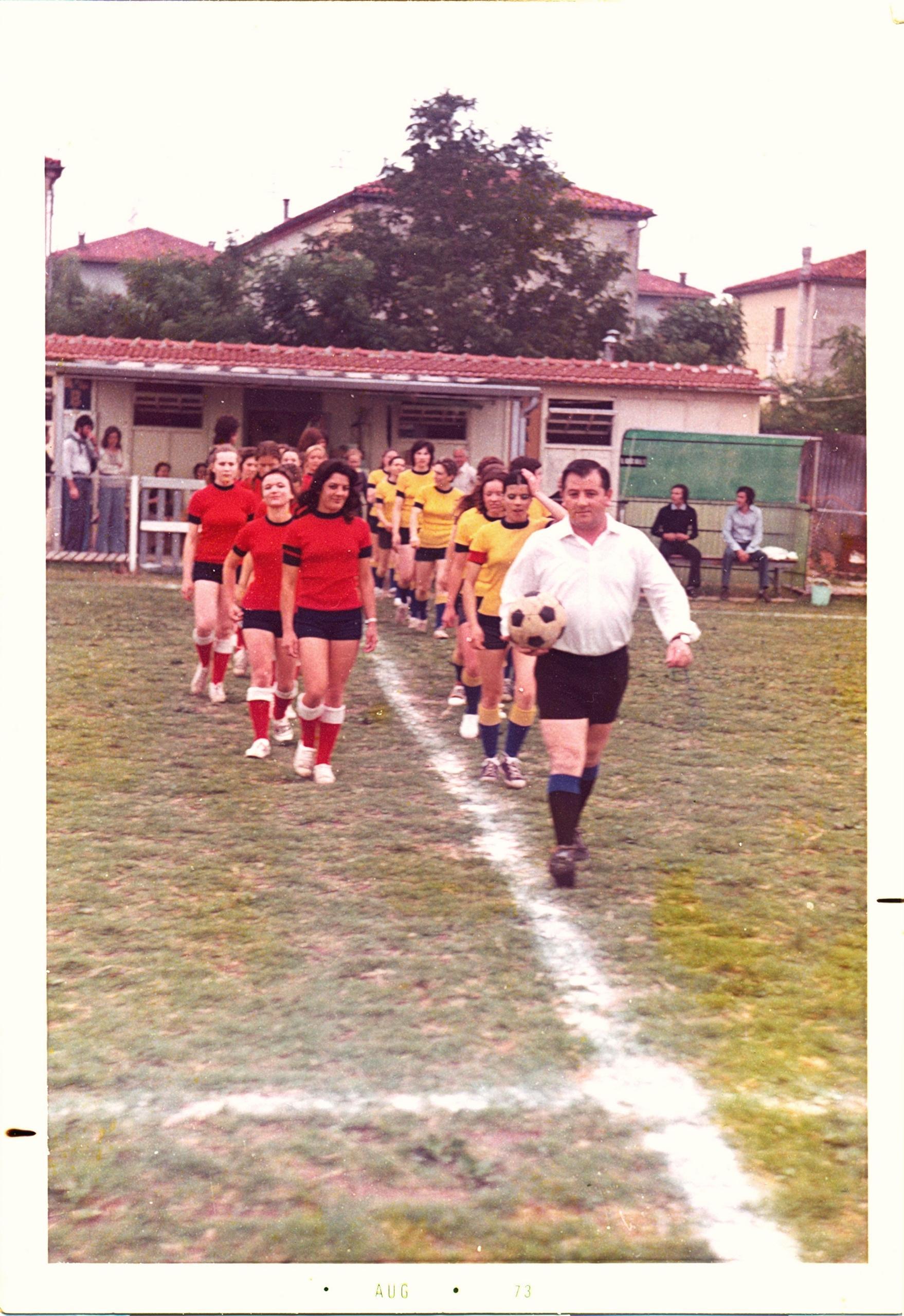 6 giugno 1973, le squadre entrano in campo.