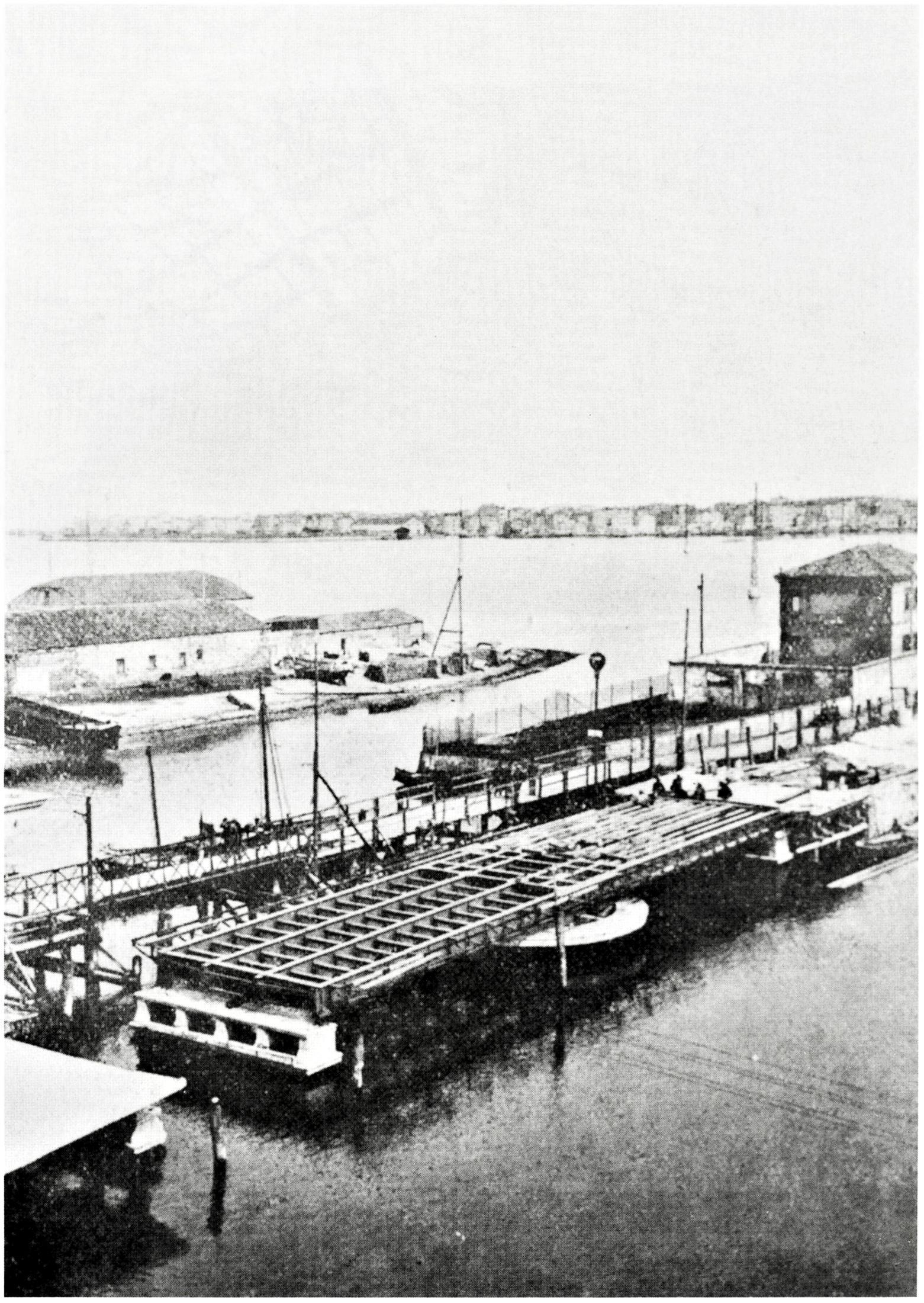 Posa del ponte girevole fra Chioggia e Sottomarina realizzato dalle Officine Galileo, Stabilimento di Battaglia Terme.