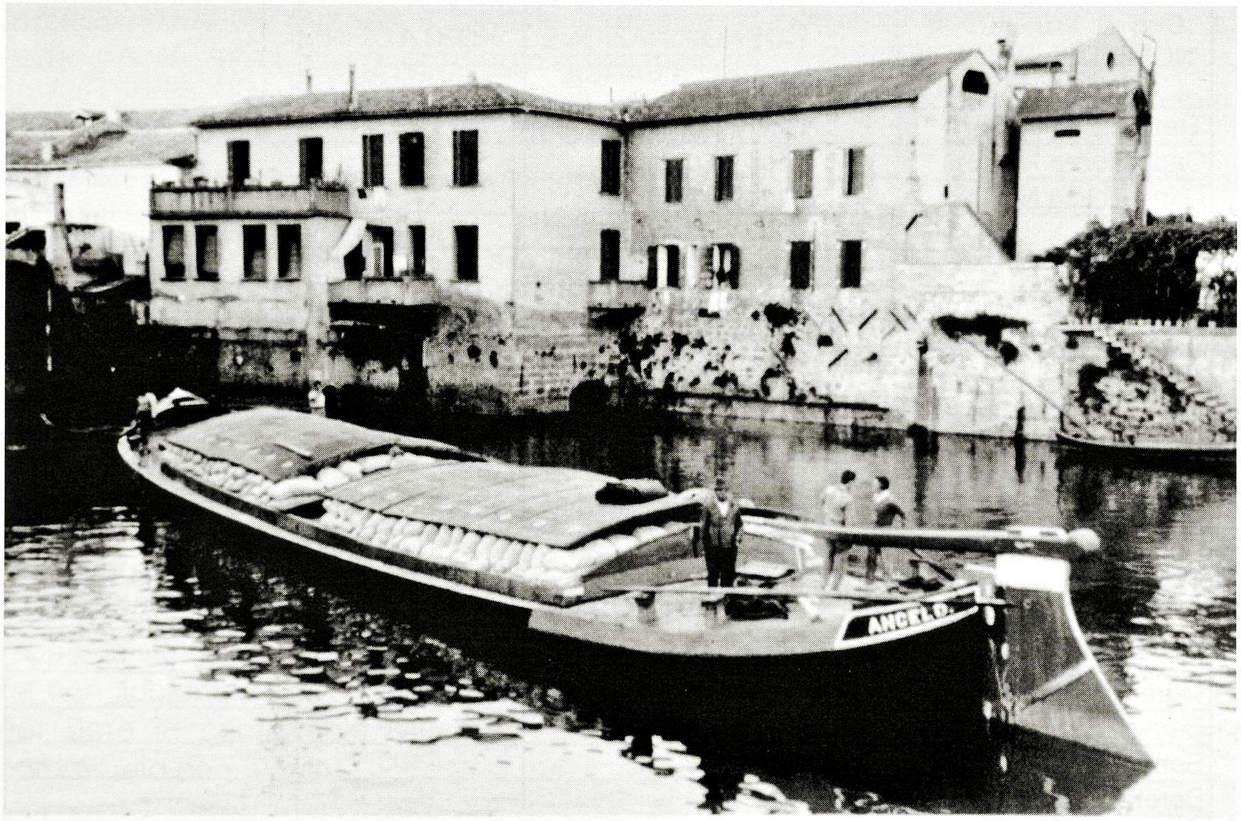 Un burcio in navigazione lungo il canale di Sotto Battaglia.