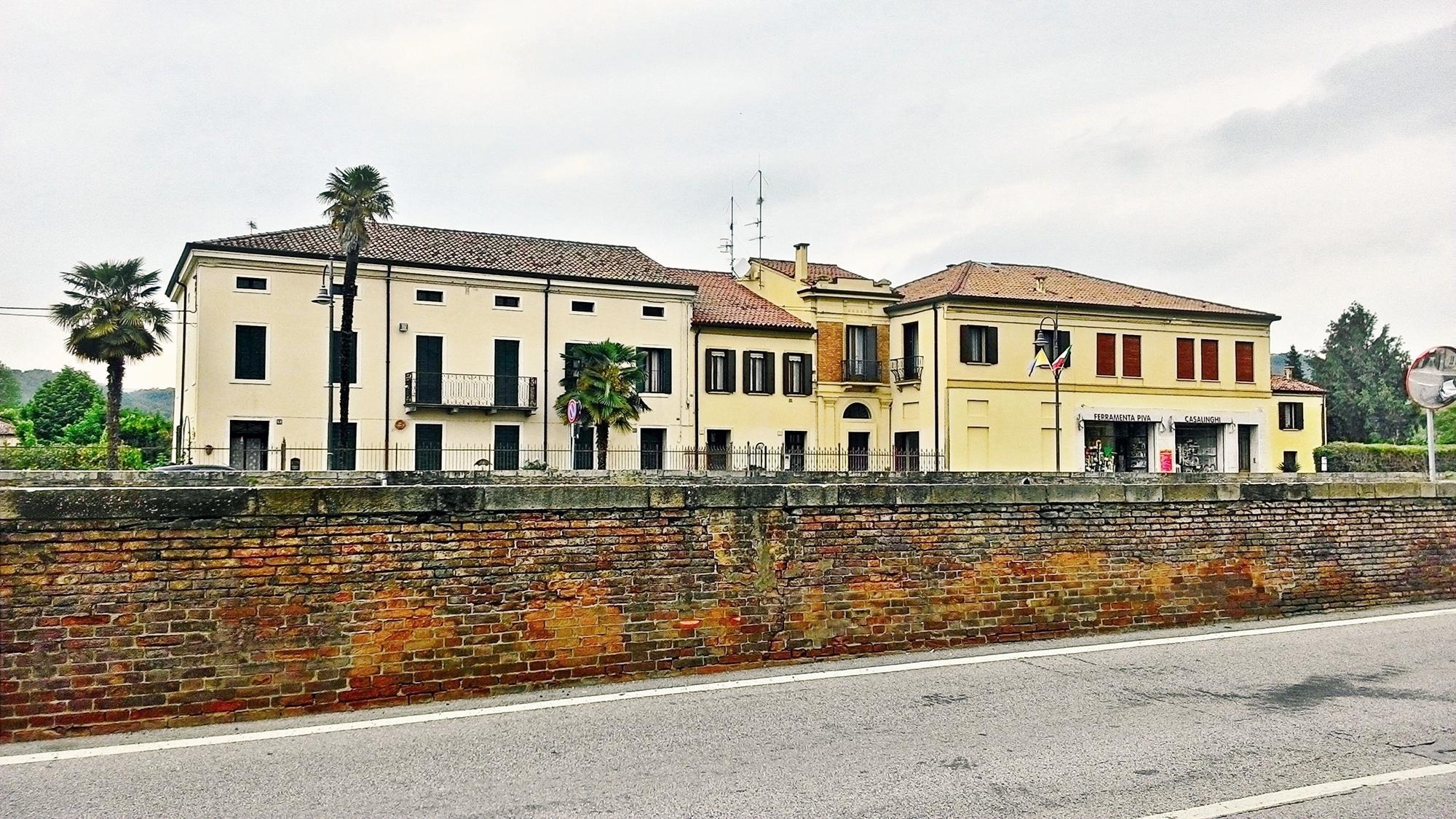 In questo gruppo di case di via Terme si può individuare la struttura di uno dei numerosi oratorii che erano presenti in Battaglia.