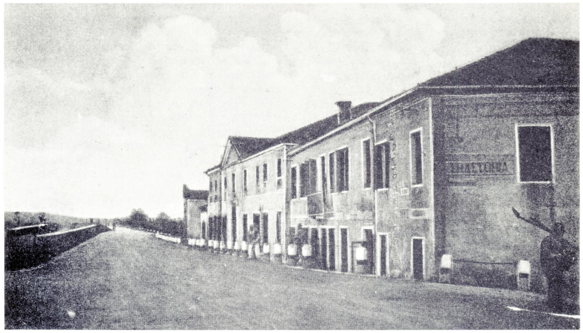 La villa Dottori con annesso oratorio. Località Rivella, anni Quaranta.