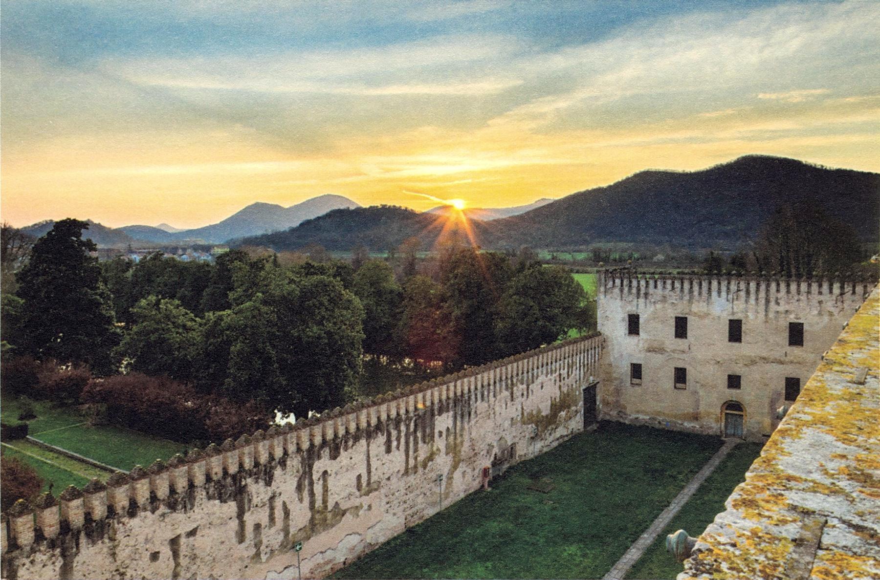 Castello del Catajo, dimora degli Obizzi: il Cortile dei Giganti con i Colli Euganei sullo sfondo.