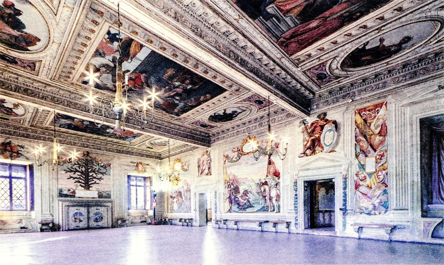Il salone dell'albero genealogico della famiglia Obizzi con gli affreschi di Giovanni Battista Zelotti.