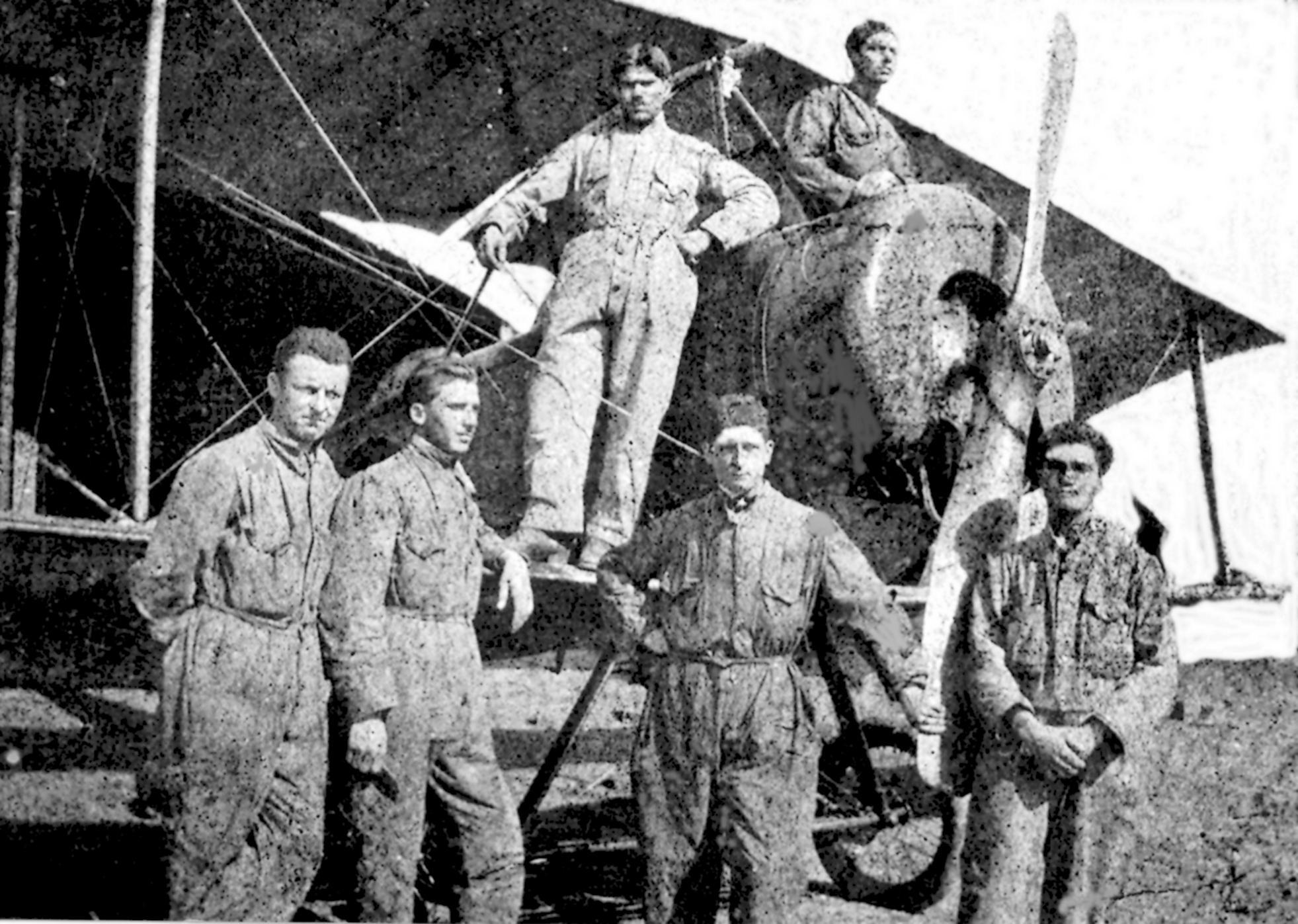 1940 – L'allievo specialista dell'Aeronautica Venturin Arturo a Torino (terzo da sinistra a terra).