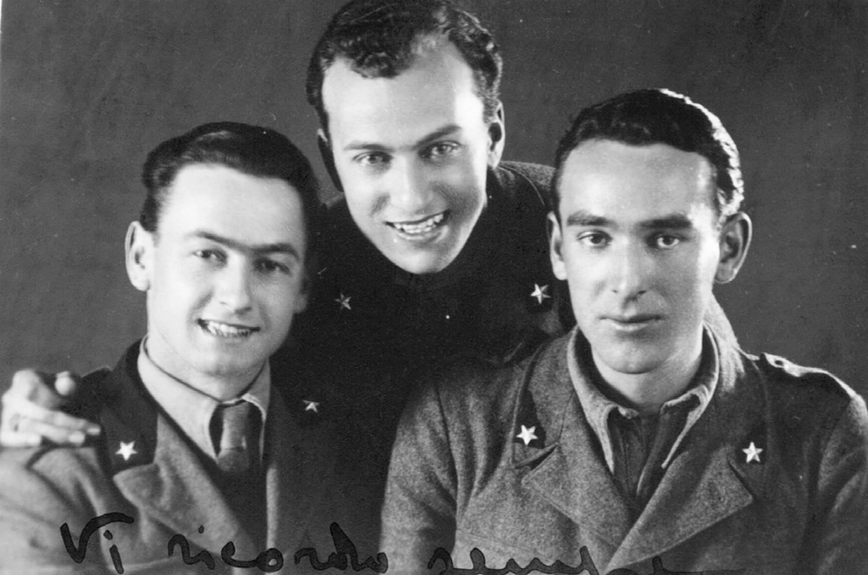 1942, Burattin Armando (al centro della foto) al Distaccamento della 4^ Compagnia di Sanità a Este.