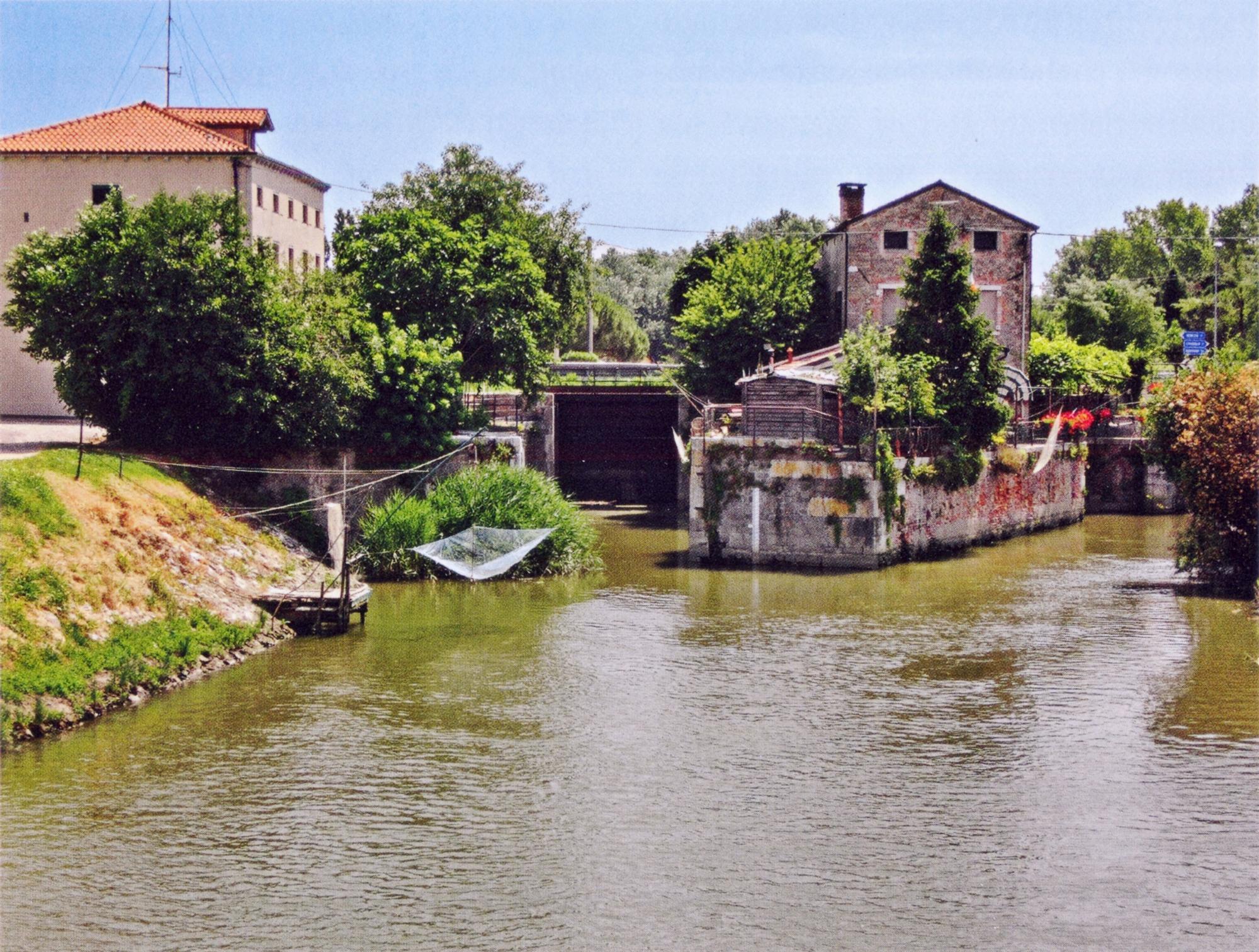 L'acqua della Brenta Novissima, in località Lova, con la conca di navigazione e il sottopasso.