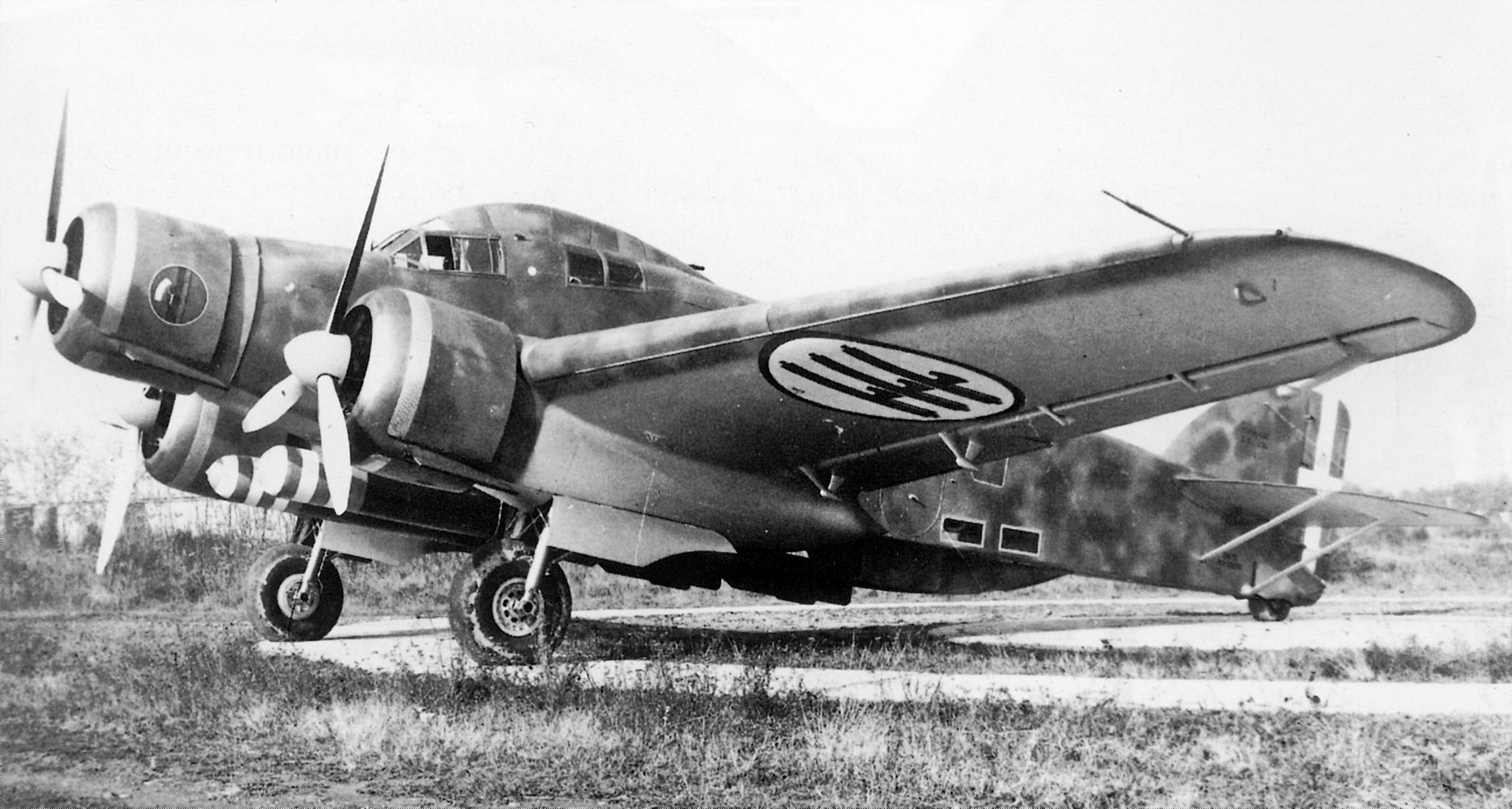 L'aereo in manutenzione al motorista I° Aviere Venturin Arturo durante la guerra.