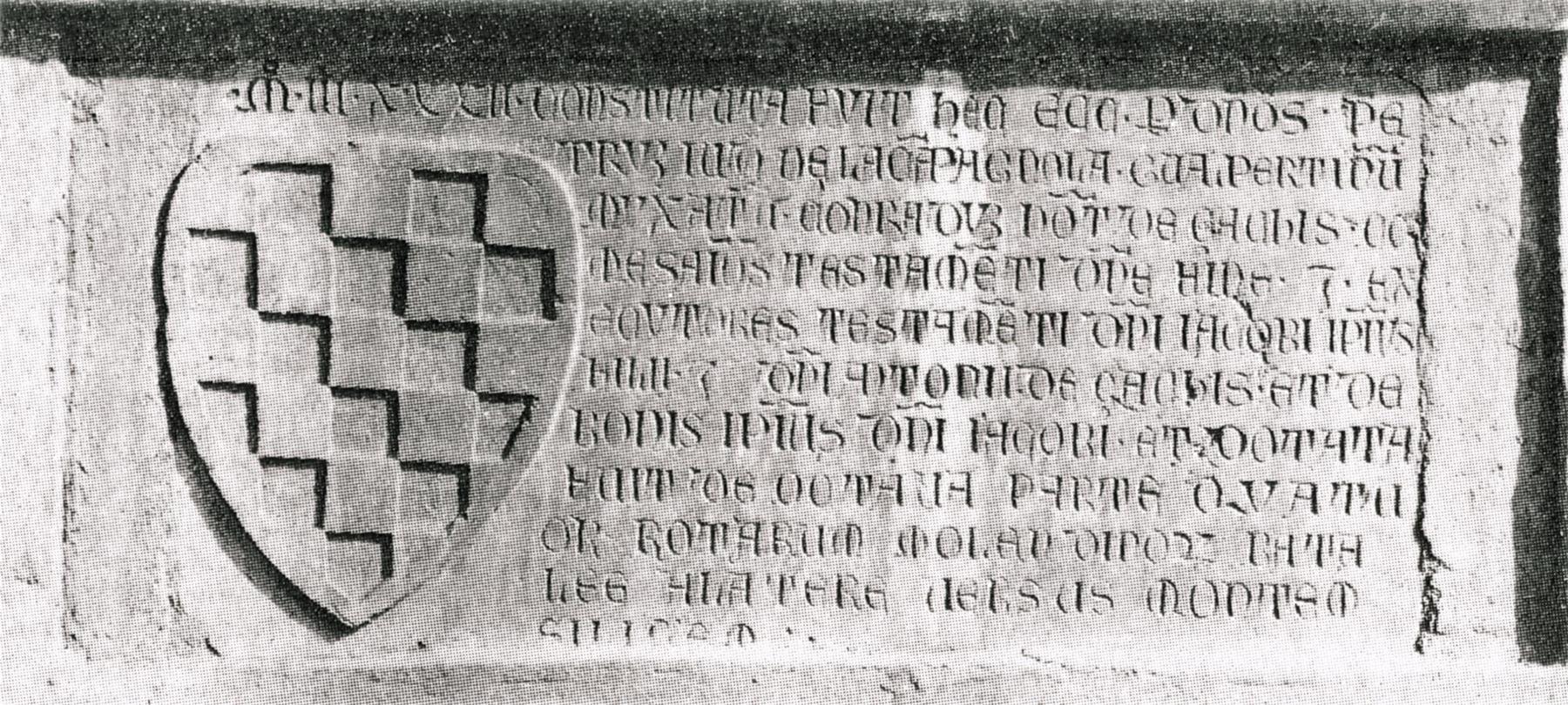 Lapide del 1332 che ricorda la fondazione della prima chiesa di S.Giacomo (facciata esterna).