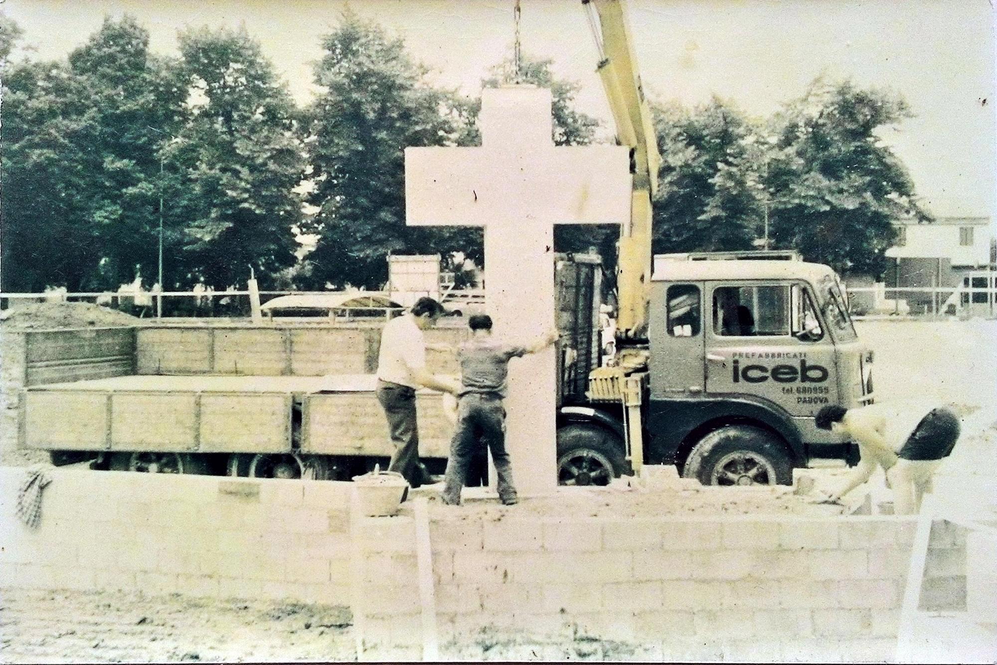 Collocazione della croce bianca all'esterno della nuova Chiesa parrocchiale di Battaglia Terme (2).