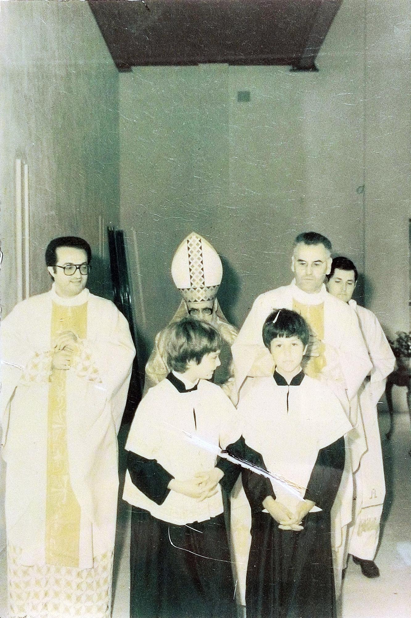 10 luglio 1983, S. Messa presieduta dal vescovo emerito Girolamo Bortignon. L'ingresso dei celebranti (1).