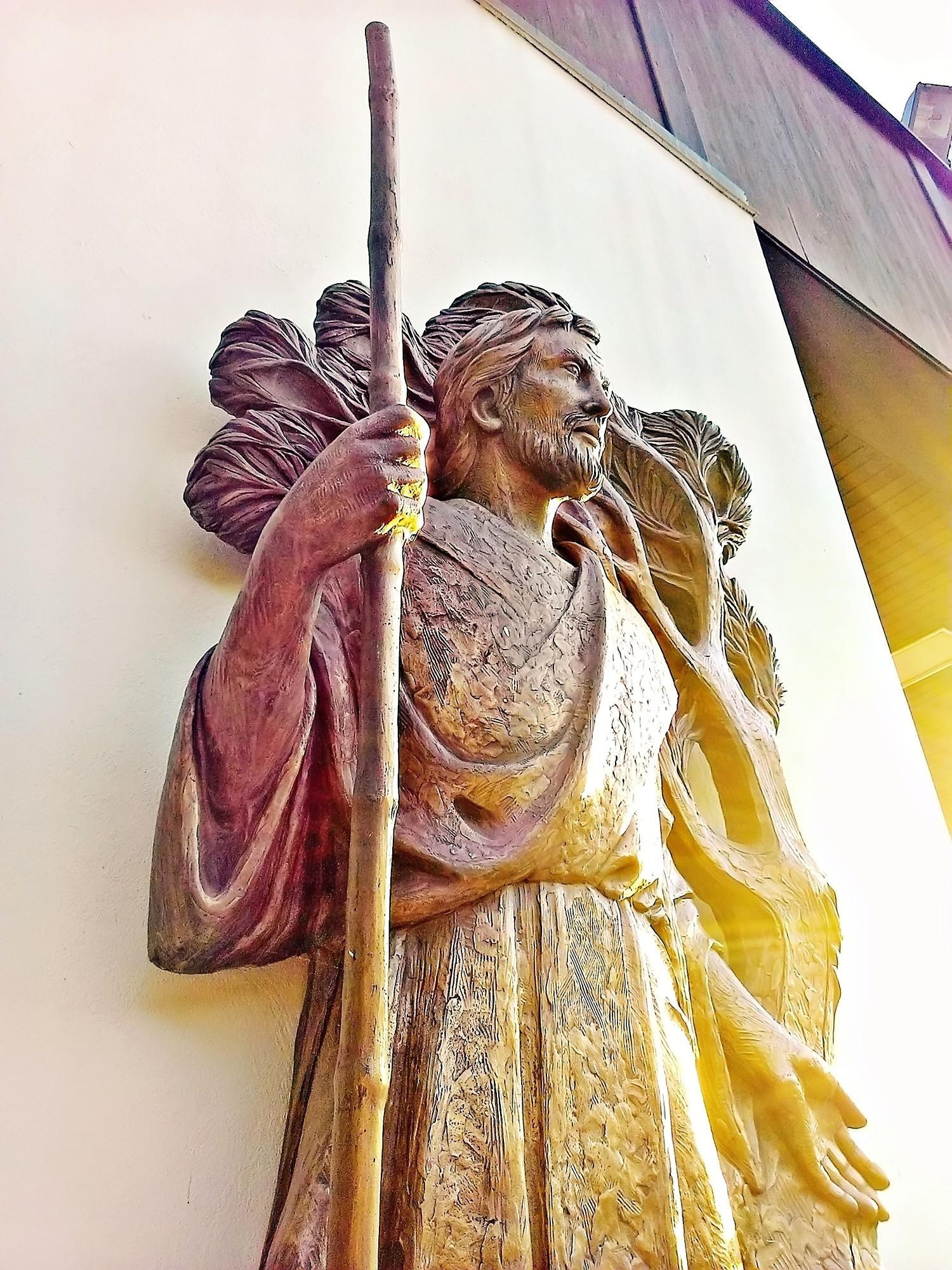 S. Giacomo apostolo, altorilievo di Giancarlo Milani in bronzo fuso.